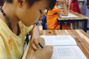 trẻ học chữ